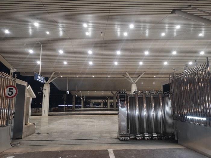 电动伸缩门-郑州高铁东站